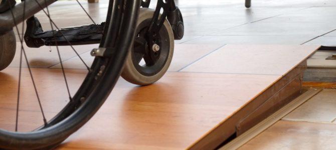 Rampa umożliwia osobom z niepełnosprawnością pokonywanie progów