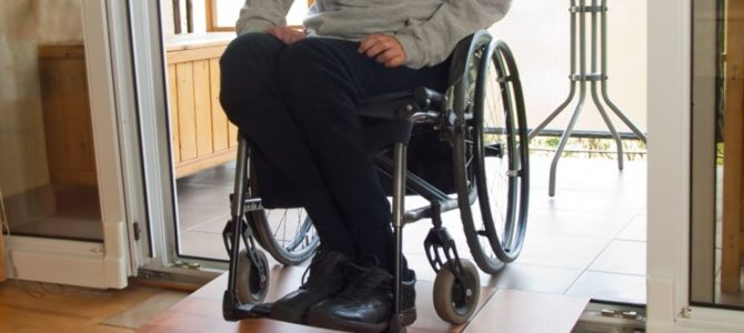 Wynalazek naukowca z Rzeszowa, rampa nastawna – pomoże niepełnosprawnym [WIDEO]