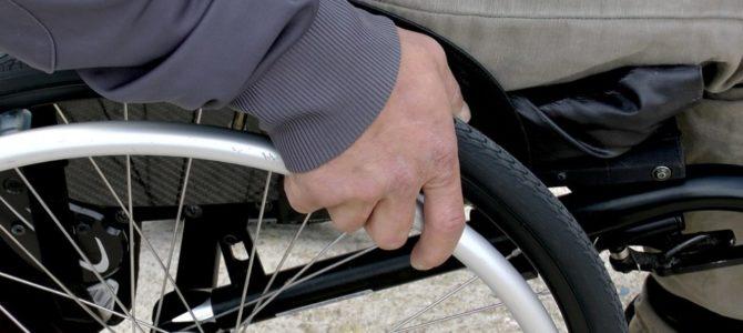 Specjalna dostawka zmieni wózek inwalidzki w hybrydowy rower napędzany siłą rąk