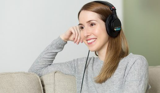 Inteligentne słuchawki ułatwią rozmowę w hałaśliwym otoczeniu. Przyszłością rynku słuchawek i aparatów słuchowych będą asystenci głosowi