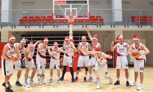 Koszykarze w roli świętego Mikołaja! W sobotę, 14 grudnia, we Wrocławiu wyjątkowy mecz.