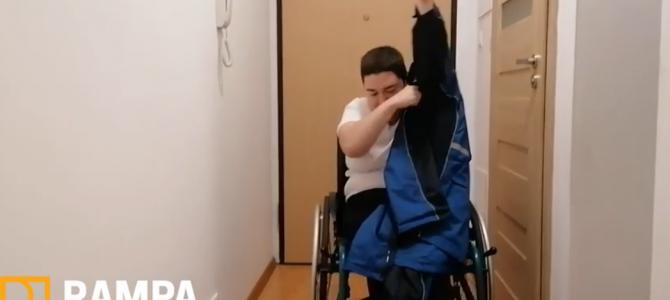 Zakładanie kurtki na wózku – sposób Rampowiczki Doroty