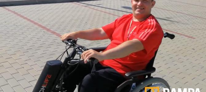 Rampowicz Grzegorz testuje dostawkę elektryczną do wózka manualnego